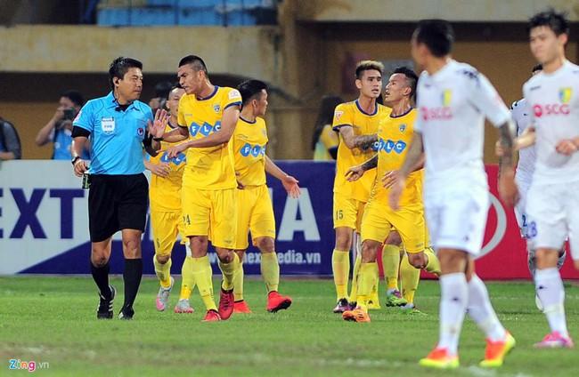 HLV ngoại ném chai nước, cầu thủ Thanh Hóa cởi áo đòi xử trọng tài - Ảnh 3.