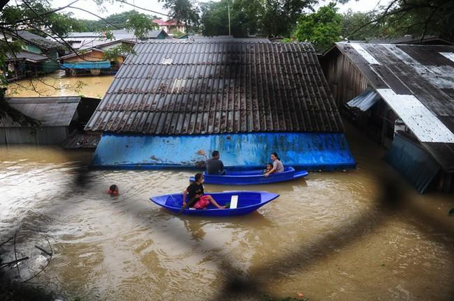 Thái Lan lụt do mưa trái mùa, 25 người thiệt mạng - Ảnh 4.