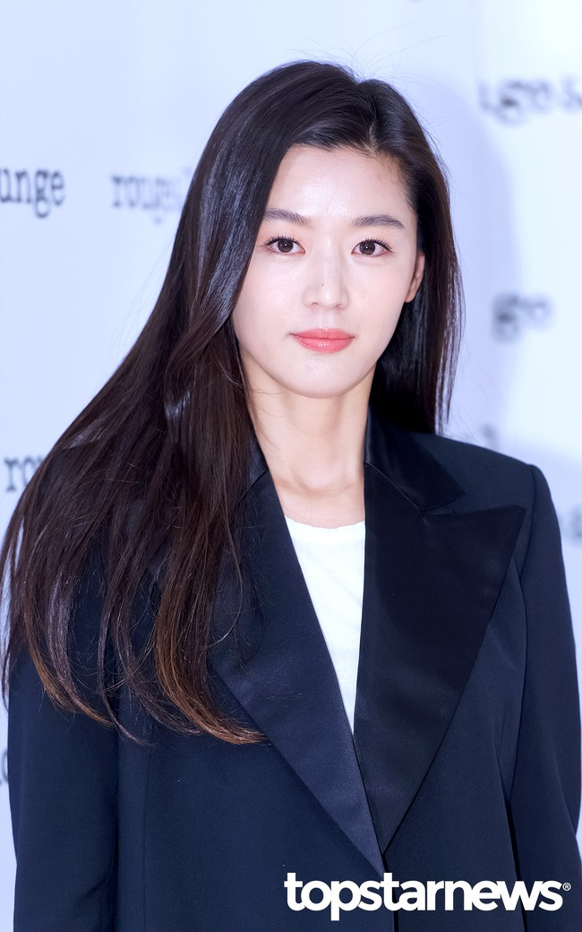 Hết gây xôn xao với nhà 650 tỉ, Jeon Ji Hyun lại xuất hiện như bà hoàng giữa dàn vệ sĩ hùng hậu - Ảnh 7.