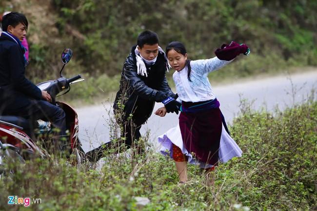 Cảnh bắt người về làm vợ giữa đường vắng ở Hà Giang - Ảnh 6.