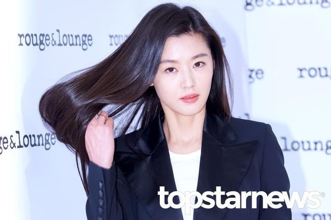 Hết gây xôn xao với nhà 650 tỉ, Jeon Ji Hyun lại xuất hiện như bà hoàng giữa dàn vệ sĩ hùng hậu - Ảnh 8.