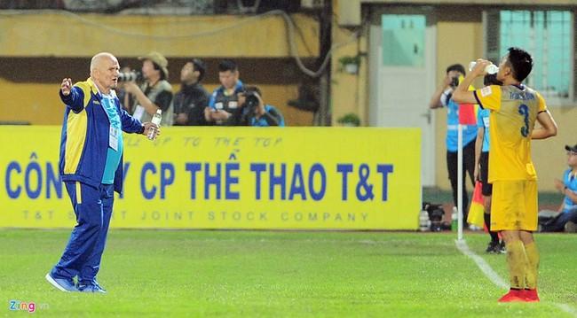 HLV ngoại ném chai nước, cầu thủ Thanh Hóa cởi áo đòi xử trọng tài - Ảnh 7.