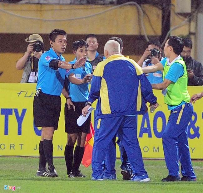 HLV ngoại ném chai nước, cầu thủ Thanh Hóa cởi áo đòi xử trọng tài - Ảnh 8.