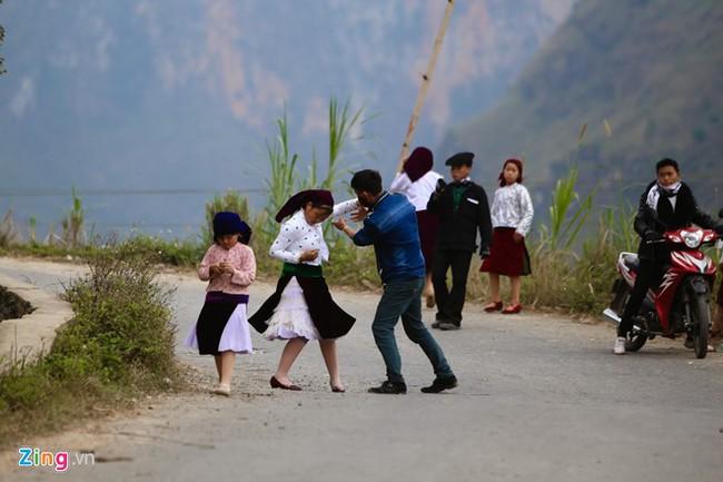 Cảnh bắt người về làm vợ giữa đường vắng ở Hà Giang - Ảnh 9.