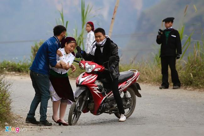 Cảnh bắt người về làm vợ giữa đường vắng ở Hà Giang - Ảnh 10.