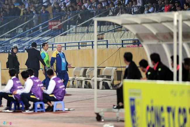 HLV ngoại ném chai nước, cầu thủ Thanh Hóa cởi áo đòi xử trọng tài - Ảnh 10.