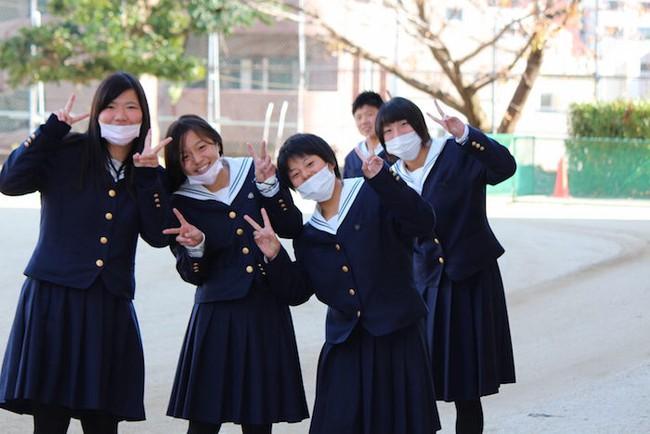 Bảo vệ sức khỏe chỉ là phụ, đây mới đích thực là lý do giới trẻ Nhật đeo khẩu trang mỗi ngày - Ảnh 1.