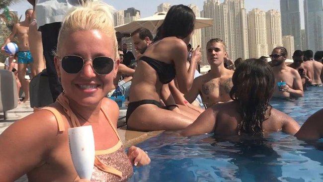 Justin Bieber khoe body, tán tỉnh các người đẹp nóng bỏng bên bể bơi - Ảnh 3.
