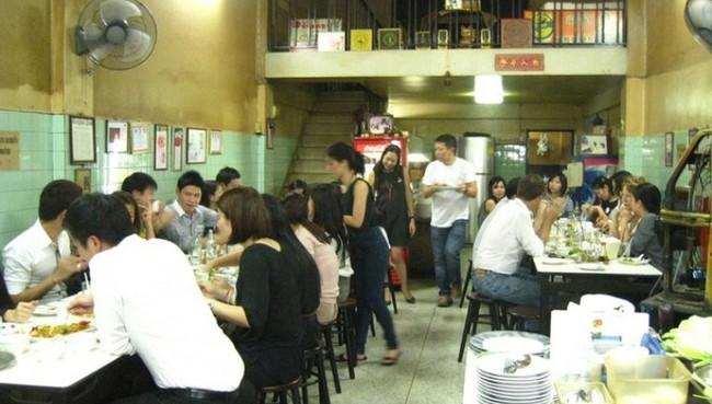 Món trứng rán đáng thử nhất Bangkok: Quán vỉa hè, giá 500.000 đồng/đĩa mà vẫn đông khách - Ảnh 3.