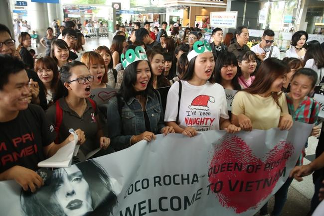 HLV The Face Mỹ - Coco Rocha xuất hiện rạng rỡ, cười thân thiện trong vòng vây fan tại Tân Sơn Nhất - ảnh 1