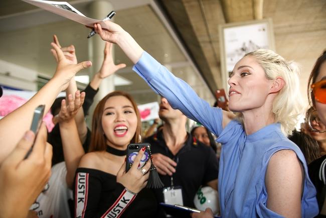 HLV The Face Mỹ - Coco Rocha xuất hiện rạng rỡ, cười thân thiện trong vòng vây fan tại Tân Sơn Nhất - ảnh 4