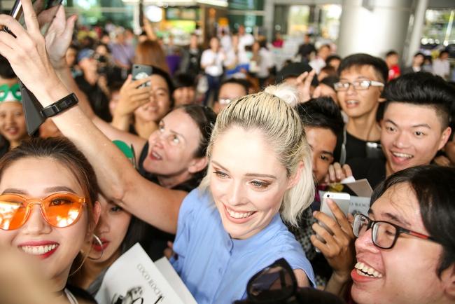 HLV The Face Mỹ - Coco Rocha xuất hiện rạng rỡ, cười thân thiện trong vòng vây fan tại Tân Sơn Nhất - ảnh 7