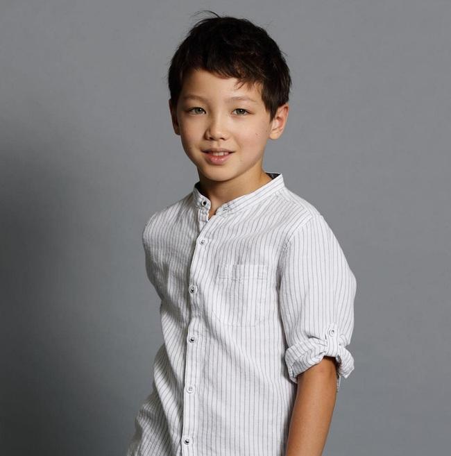 Cậu bé 9 tuổi nói thạo 4 thứ tiếng đốn tim dân mạng bằng vẻ đẹp lai ngọt ngào - Ảnh 1.