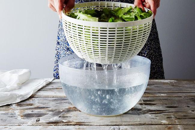 Khi rửa rau nhớ làm việc này để giữ chúng tươi ngon cả tháng - Ảnh 2.