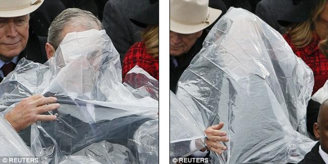Cựu Tổng thống George W. Bush nghịch ngợm với mảnh áo mưa ngay trên hàng ghế VIP trong buổi lễ nhậm chức - Ảnh 2.
