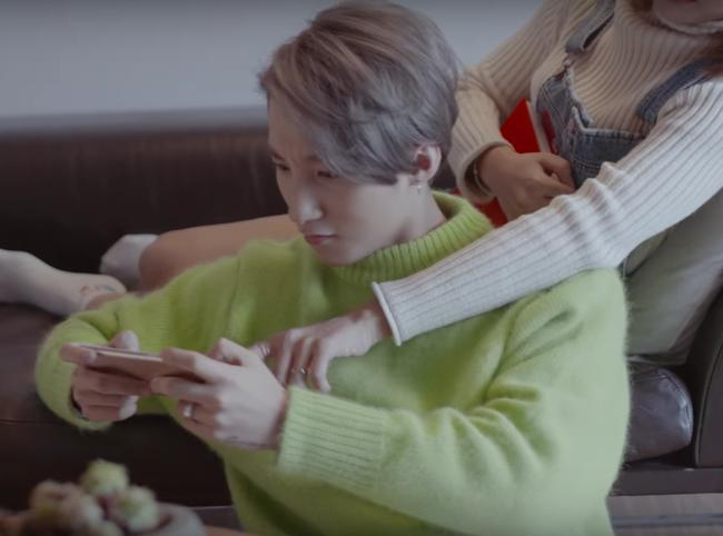 Không chỉ có giai điệu, MV Valentine của Sơn Tùng còn gây chú ý vì mặc toàn đồ Hàn size nữ! - Ảnh 13.