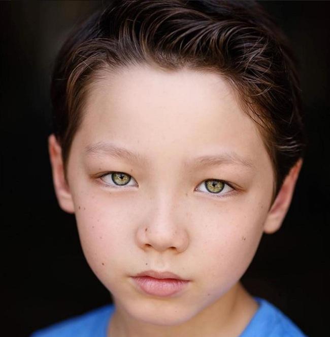 Cậu bé 9 tuổi nói thạo 4 thứ tiếng đốn tim dân mạng bằng vẻ đẹp lai ngọt ngào - Ảnh 2.