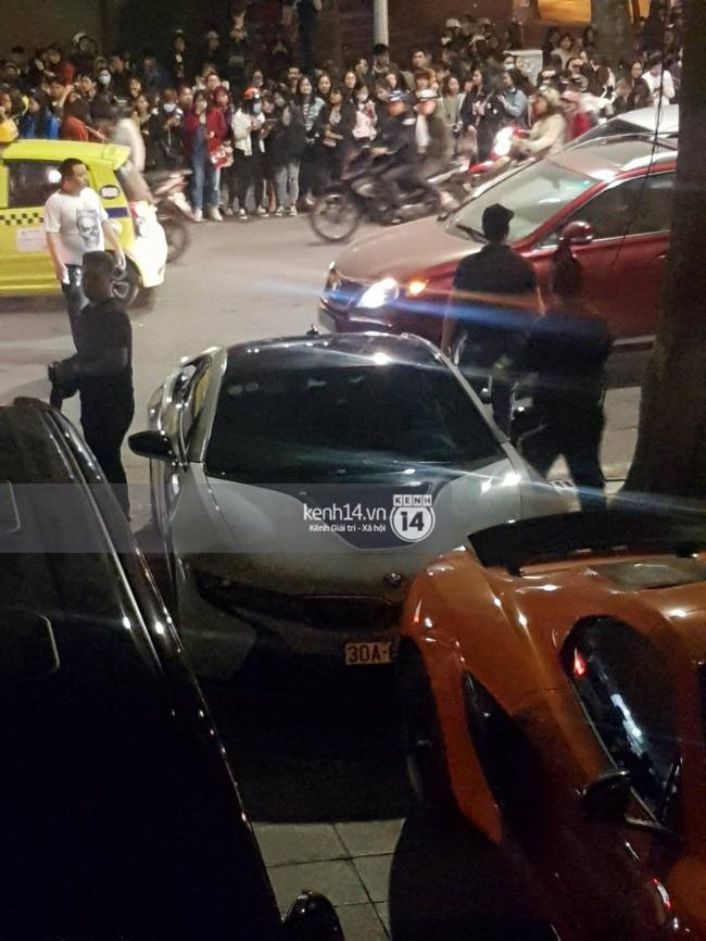 Không khí nóng cực độ với dàn siêu xe trực chờ bên ngoài quán bar và nhà hàng Seungri ghé thăm - Ảnh 9.