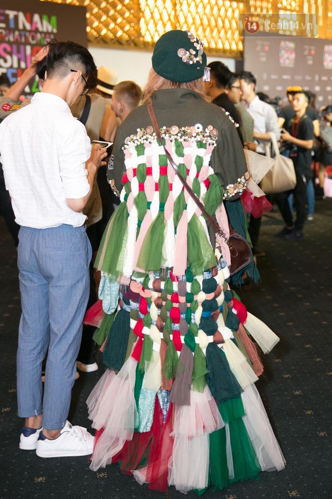 Lông mày lá dừa, con trai mặc đầm xuyên thấu: VIFW 2017 mới 2 ngày đã hội tụ đủ thời trang lạ! - Ảnh 11.