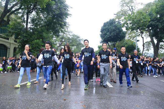 Nhã Phương, Phan Anh đội mưa xuống phố đi bộ ủng hộ Giờ Trái Đất - Ảnh 7.