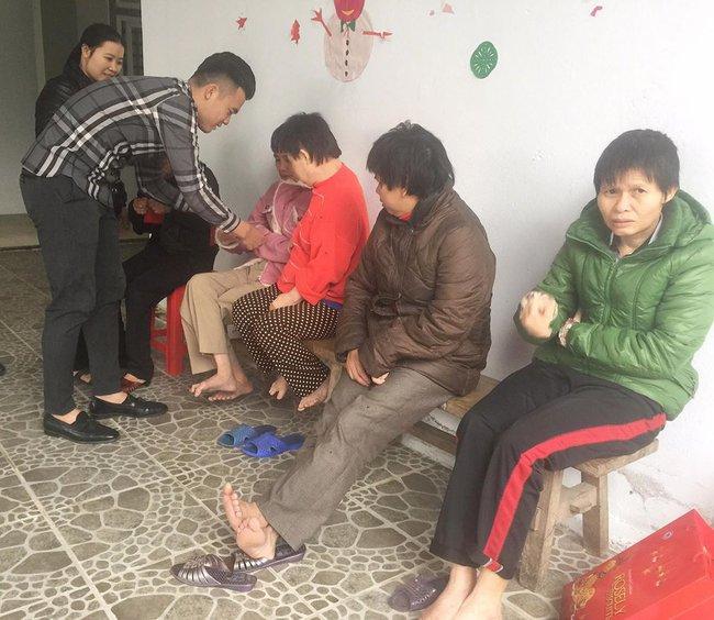 Tuyển thủ Việt Nam mang Tết đến cho người khuyết tật - Ảnh 1.