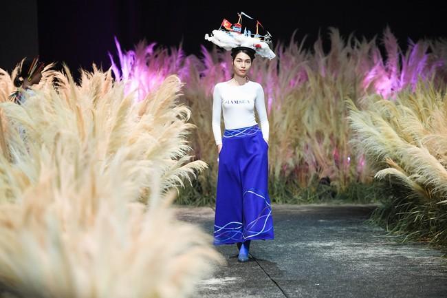 Đội hẳn bình nước lên đầu để biểu diễn đang là kiểu thời trang lạ nhất tại Việt Nam! - Ảnh 3.