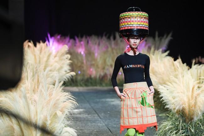 Đội hẳn bình nước lên đầu để biểu diễn đang là kiểu thời trang lạ nhất tại Việt Nam! - Ảnh 4.
