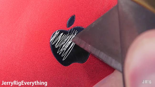 Xót xa trước cảnh iPhone 7 ĐỎ RỰC vạn người mê bị cào cấu bẻ vặn không thương tiếc - Ảnh 4.