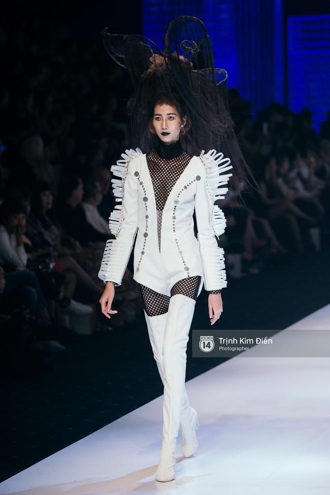 Thanh Hằng đặt cái kết hoàn hảo cho VIFW, Lê Thúy bất ngờ catwalk trong show Lê Thanh Hòa - Ảnh 21.