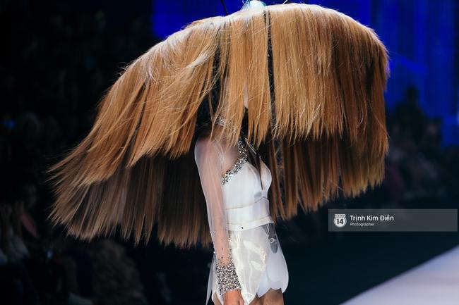 Thanh Hằng đặt cái kết hoàn hảo cho VIFW, Lê Thúy bất ngờ catwalk trong show Lê Thanh Hòa - Ảnh 22.