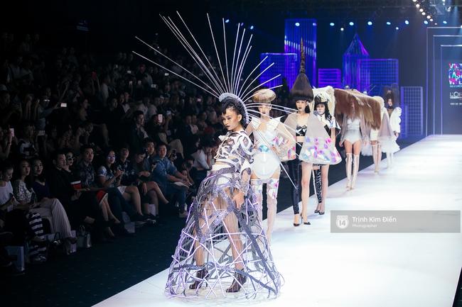 Thanh Hằng đặt cái kết hoàn hảo cho VIFW, Lê Thúy bất ngờ catwalk trong show Lê Thanh Hòa - Ảnh 23.