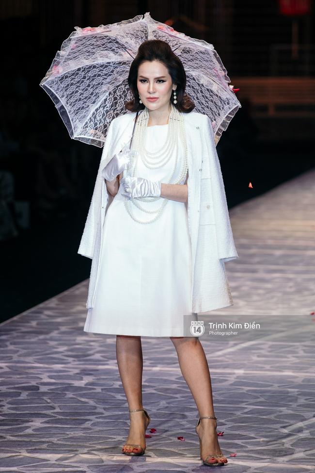 Thanh Hằng đặt cái kết hoàn hảo cho VIFW, Lê Thúy bất ngờ catwalk trong show Lê Thanh Hòa - Ảnh 44.