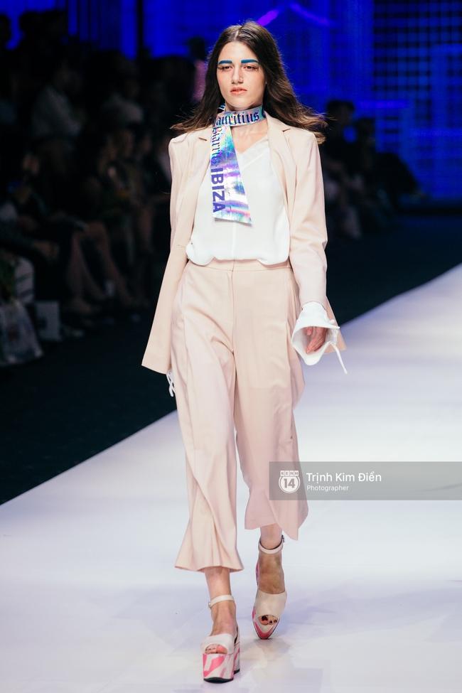Thanh Hằng đặt cái kết hoàn hảo cho VIFW, Lê Thúy bất ngờ catwalk trong show Lê Thanh Hòa - Ảnh 25.