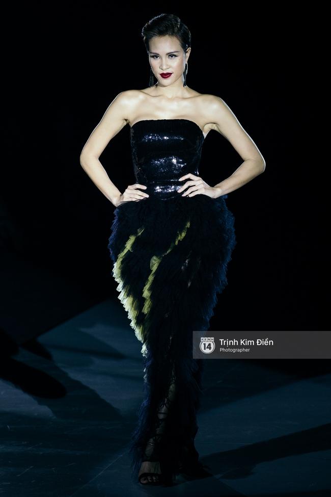 Thanh Hằng đặt cái kết hoàn hảo cho VIFW, Lê Thúy bất ngờ catwalk trong show Lê Thanh Hòa - Ảnh 13.