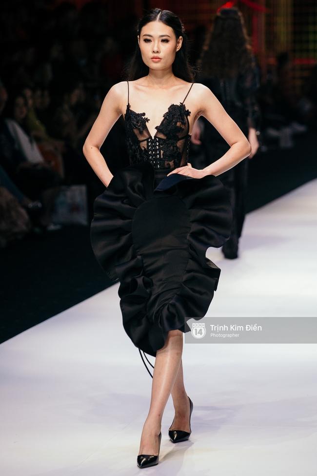 Thanh Hằng đặt cái kết hoàn hảo cho VIFW, Lê Thúy bất ngờ catwalk trong show Lê Thanh Hòa - Ảnh 18.
