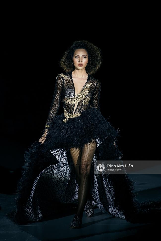 Thanh Hằng đặt cái kết hoàn hảo cho VIFW, Lê Thúy bất ngờ catwalk trong show Lê Thanh Hòa - Ảnh 5.