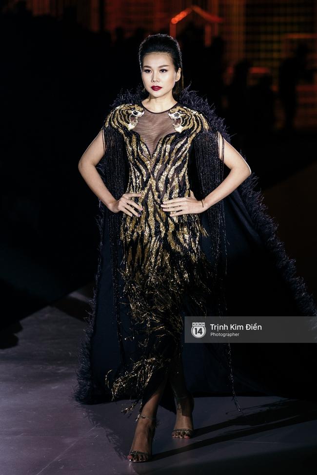 Thanh Hằng đặt cái kết hoàn hảo cho VIFW, Lê Thúy bất ngờ catwalk trong show Lê Thanh Hòa - Ảnh 1.
