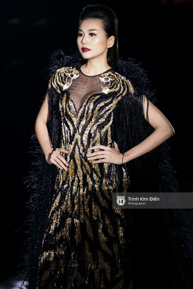 Thanh Hằng đặt cái kết hoàn hảo cho VIFW, Lê Thúy bất ngờ catwalk trong show Lê Thanh Hòa - Ảnh 2.