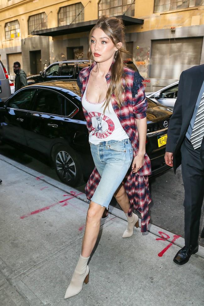Chân thon dài, vòng 1 nóng bỏng, Gigi Hadid mặc áo thun quần jean mà vẫn sexy khó cưỡng - Ảnh 1.