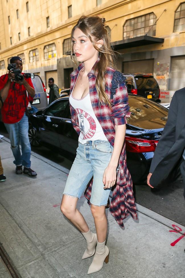 Chân thon dài, vòng 1 nóng bỏng, Gigi Hadid mặc áo thun quần jean mà vẫn sexy khó cưỡng - Ảnh 2.