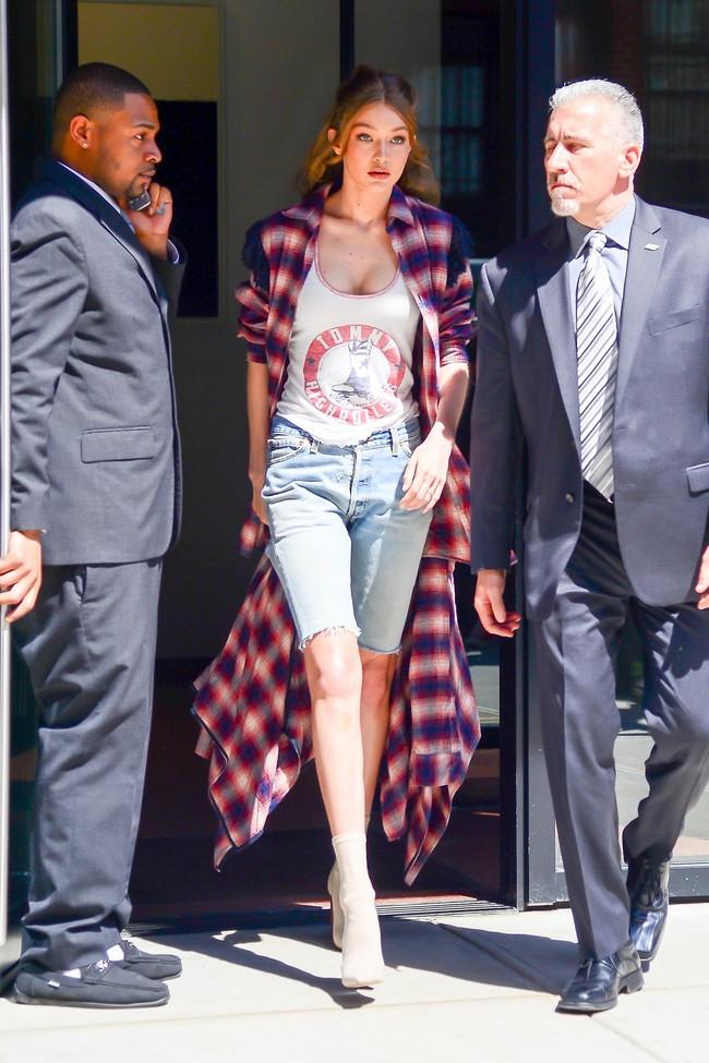 Chân thon dài, vòng 1 nóng bỏng, Gigi Hadid mặc áo thun quần jean mà vẫn sexy khó cưỡng - Ảnh 8.