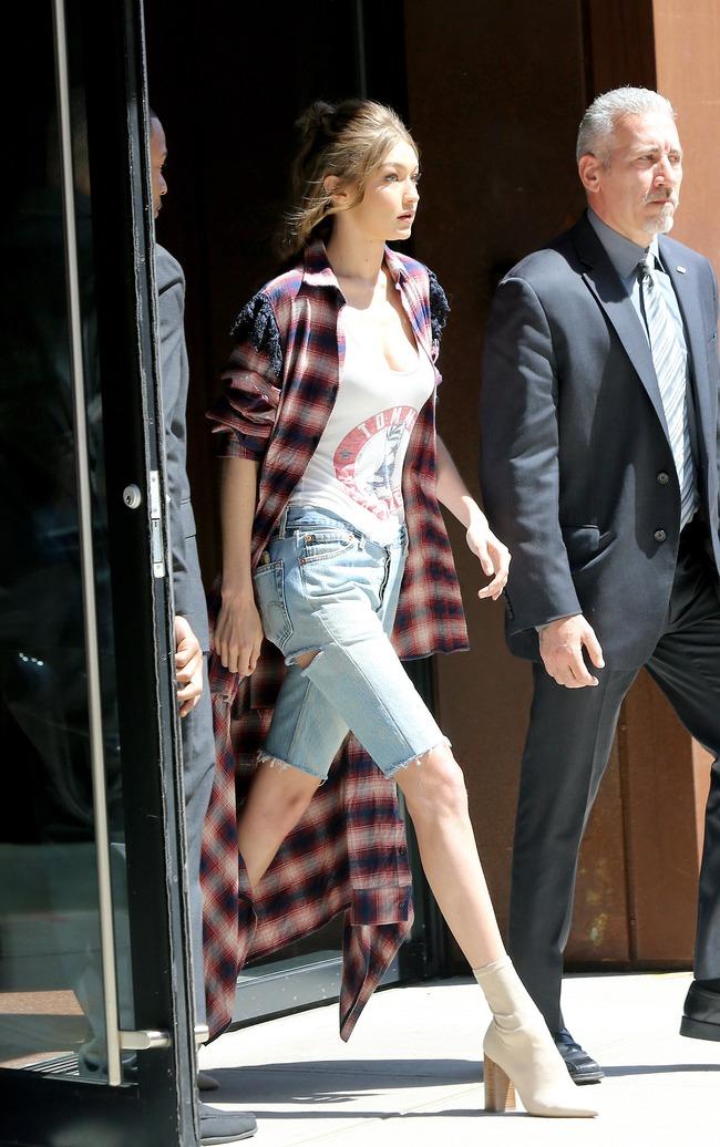 Chân thon dài, vòng 1 nóng bỏng, Gigi Hadid mặc áo thun quần jean mà vẫn sexy khó cưỡng - Ảnh 3.