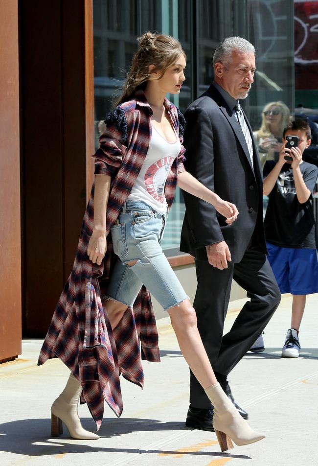 Chân thon dài, vòng 1 nóng bỏng, Gigi Hadid mặc áo thun quần jean mà vẫn sexy khó cưỡng - Ảnh 5.