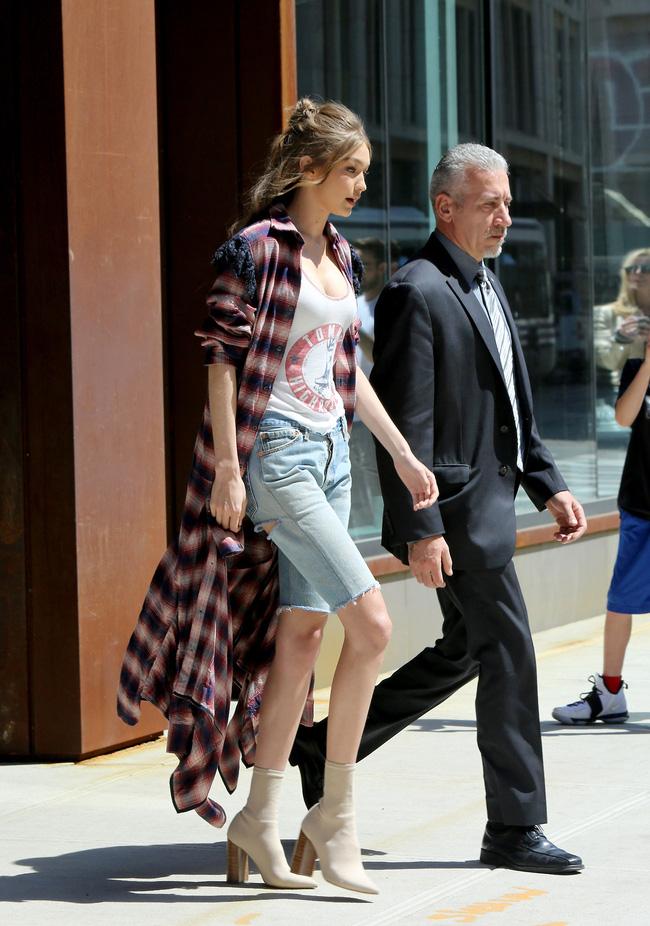 Chân thon dài, vòng 1 nóng bỏng, Gigi Hadid mặc áo thun quần jean mà vẫn sexy khó cưỡng - Ảnh 4.