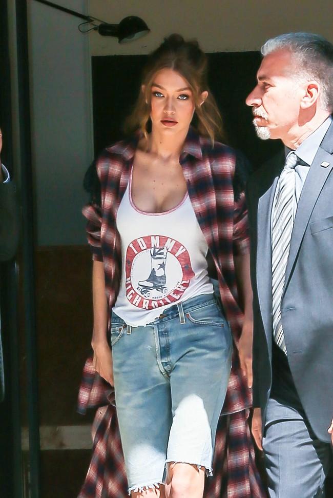 Chân thon dài, vòng 1 nóng bỏng, Gigi Hadid mặc áo thun quần jean mà vẫn sexy khó cưỡng - Ảnh 7.