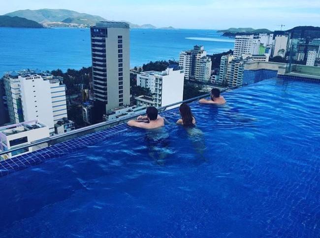 Bạn sẽ mê mẩn 3 hồ bơi tràn bờ biển siêu đẹp và rất gần Sài Gòn này mất! - Ảnh 32.
