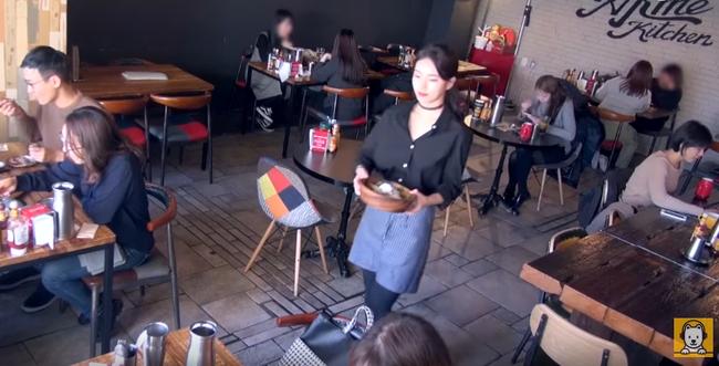 Là sao hạng A, Suzy vẫn sẵn sàng làm bồi bàn để giúp đỡ bạn - Ảnh 6.