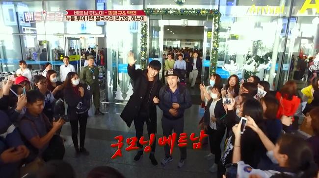 Clip: Taecyeon (2PM) nhăn mặt khi ăn phở cay, thích thú đi nhậu tại Việt Nam! - Ảnh 2.