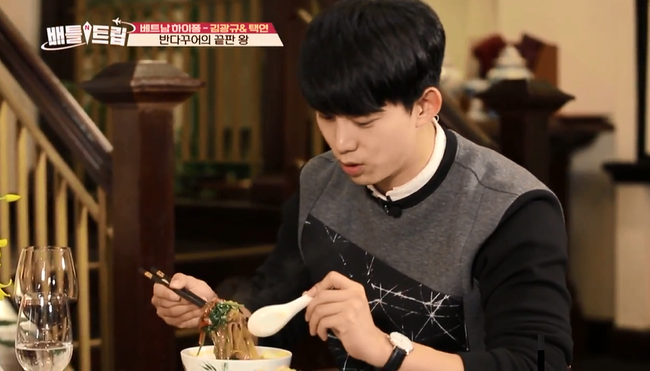 Clip: Taecyeon (2PM) nhăn mặt khi ăn phở cay, thích thú đi nhậu tại Việt Nam! - Ảnh 12.