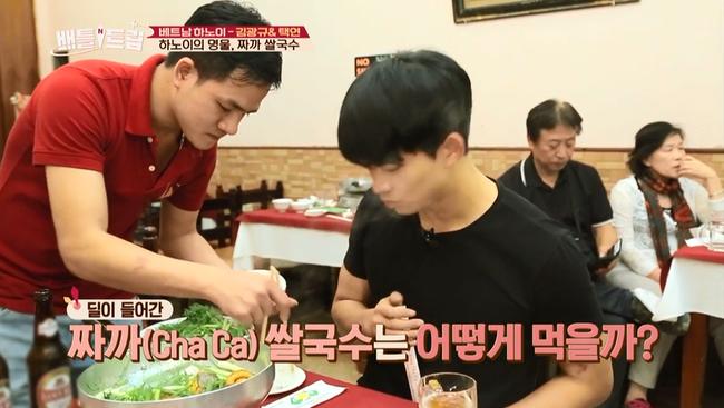 Clip: Taecyeon (2PM) nhăn mặt khi ăn phở cay, thích thú đi nhậu tại Việt Nam! - Ảnh 13.